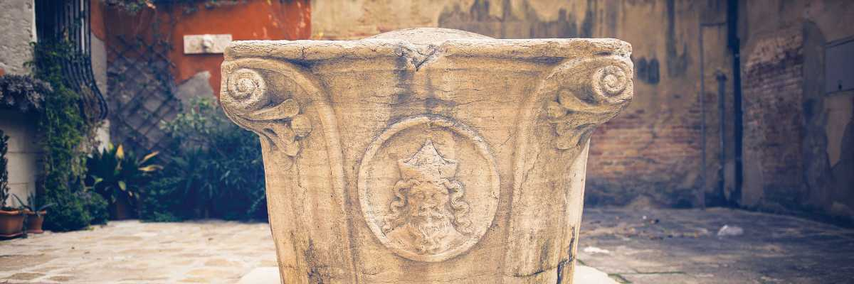 Close-up of the Volto del Santo on the well from the well in the homonymous Campiello (or courtyard). - (Venipedia / Bazzmann Archive)